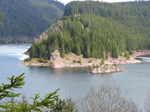 Felsen in der Talsperre Schmalwasser