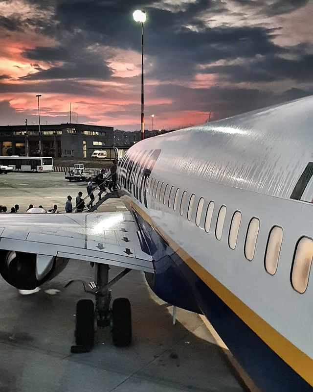 Coming back home #travelgram #life #airplane #travel #trip #flight #sunset #ryanair #sicily #sicilia #catania #airport #colors #colorful #igers #igersitalia #sky #clouds #cloudy #instagood