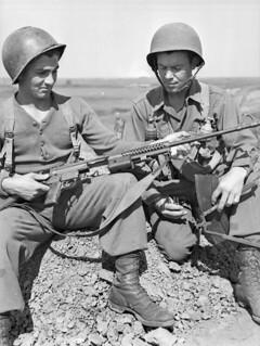 Personnel of 5-2, First Special Service Force, with an M41 Johnson light machine gun, Anzio beachhead, Italy / Membres de l'équipe 5-2 de la Première Force de Service spécial avec une mitrailleuse légère M41 Johnson, tête de pont (zone sécurisée) d'A