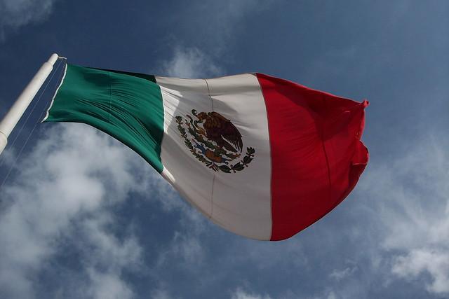 メキシコの国旗と空