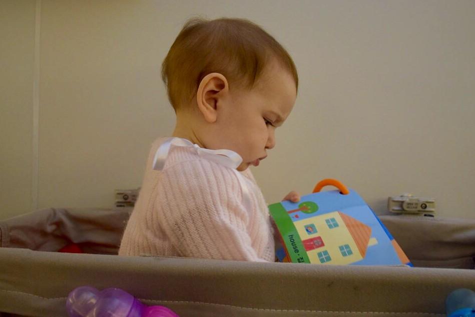 Eva, con 8 meses, en el viaje de vuelta de Corea del Sur.
