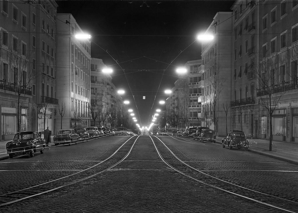 Av. Almirante Reis à noite, Lisboa (M. Novais, c. 1955)