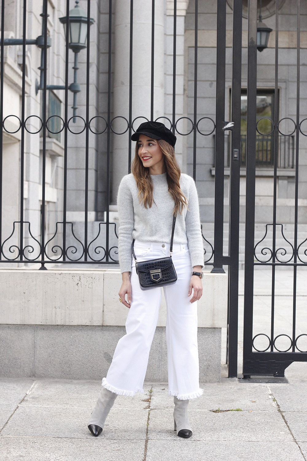 white jeans frayed hem jeans uterqüe bicolor boots gray sweater givenchy bag outfit08