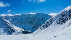 Zjazd z przełęczy Zawory do Doliny Kobylej, w tle Dolina Ciemnosmerczyńska, Hlińska Turnia i Hruby Wierch.