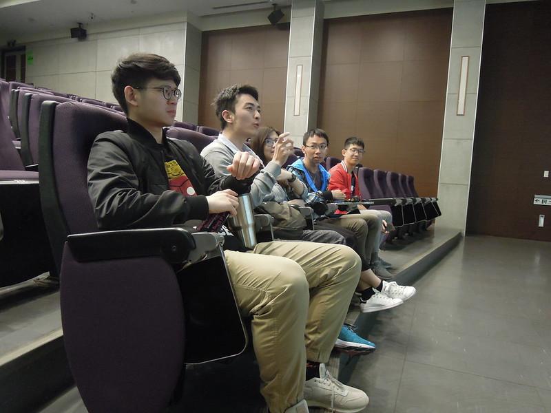 同學熱烈地拋出問題並提出自己的看法。圖/廖郁菁攝。