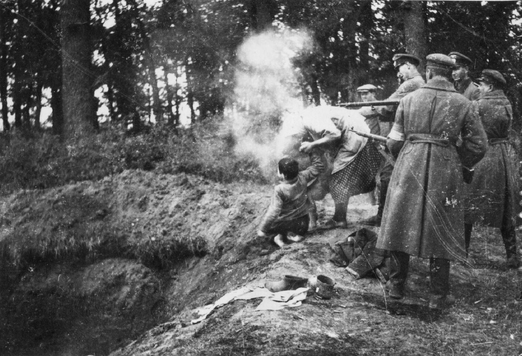 Солдаты украинской вспомогательной полиции расстреливают евреев в парке оккупированного поселка Мирополь Житомирской области Украинской ССР. 1941