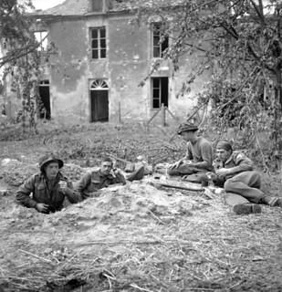 Soldiers of the Highland Light Infantry of Canada having breakfast, Buron, France / Soldats du Highland Light Infantry of Canada prenant leur déjeuner à Buron, en France