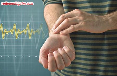 Xác định nhịp tim nhanh bằng cách đếm số lần mạch đập ở cổ tay