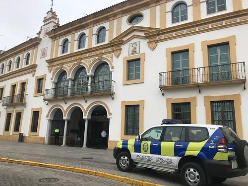 coche policía local en el ayuntamiento