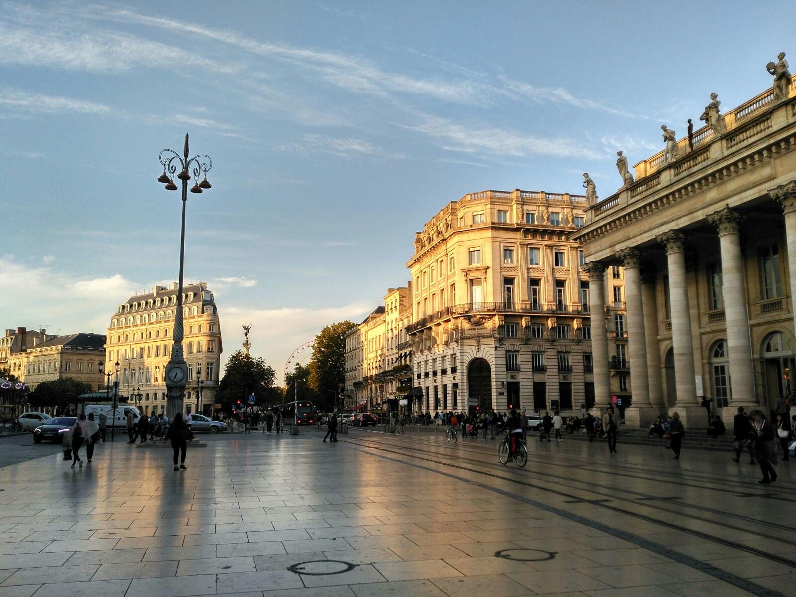La Plaza de la Bolsa. A mano derecha, el Gran Teatro y ciclistas y peatones en sobre el riel del tranvía. Foto Berta González