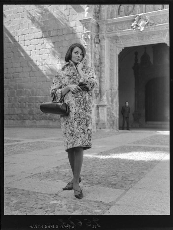 Una modelo en Toledo. Foto de Juan Miguel Pando Barrero (c) Fototeca del IPCE