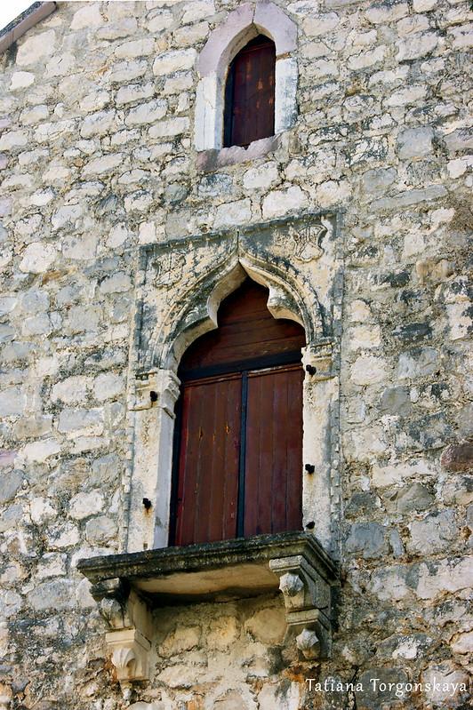 Одно из окон дворца Трех сестер