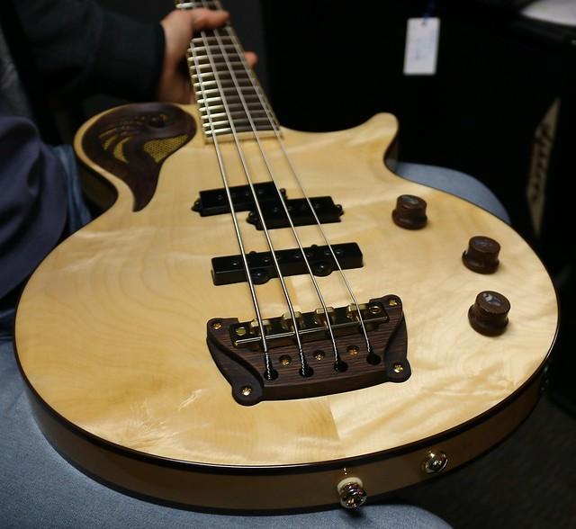 Universum Guitars  - natural Epsilon Bass (2)