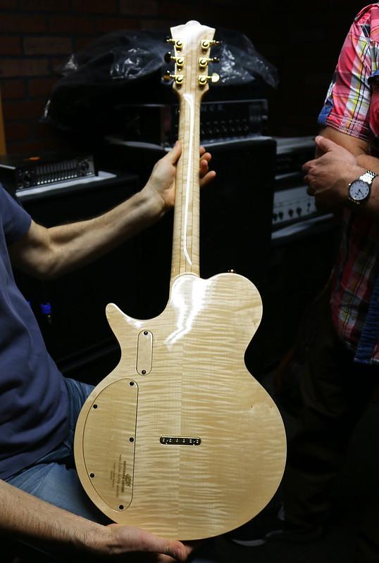 Universum Guitars - z Elena Alpha Acoustic (2)
