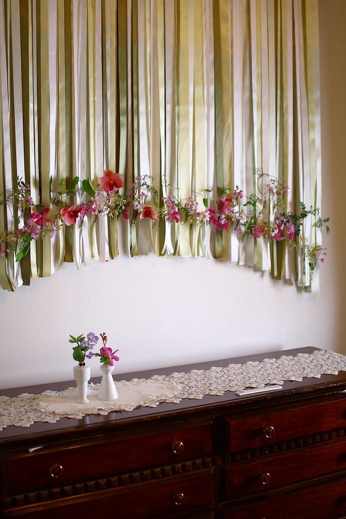 横浜山手西洋館 花と器のハーモニー2018の山手234番館の一階の部屋にあった布が使われたフラワーアレンジメント