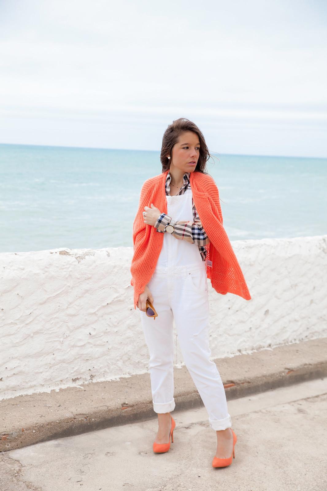 04_Burberry_Outfit_White_overall_Combinar_peto_con_tacones_mas34_theguestgirl_influencer_barcelona