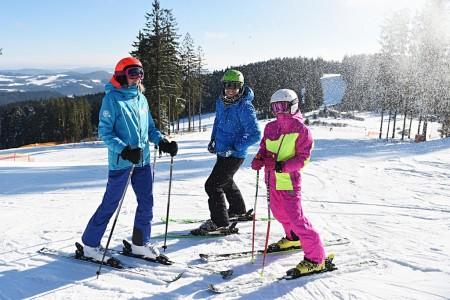 Mezi provozovateli českých lyžařských středisek panuje po letošní zimě převážně spokojenost. Skiareály zaznamenaly mírně vyšší návštěvnost než vloni, a to i přes poměrně výrazné výkyvy počasí. Horským střediskům se v...