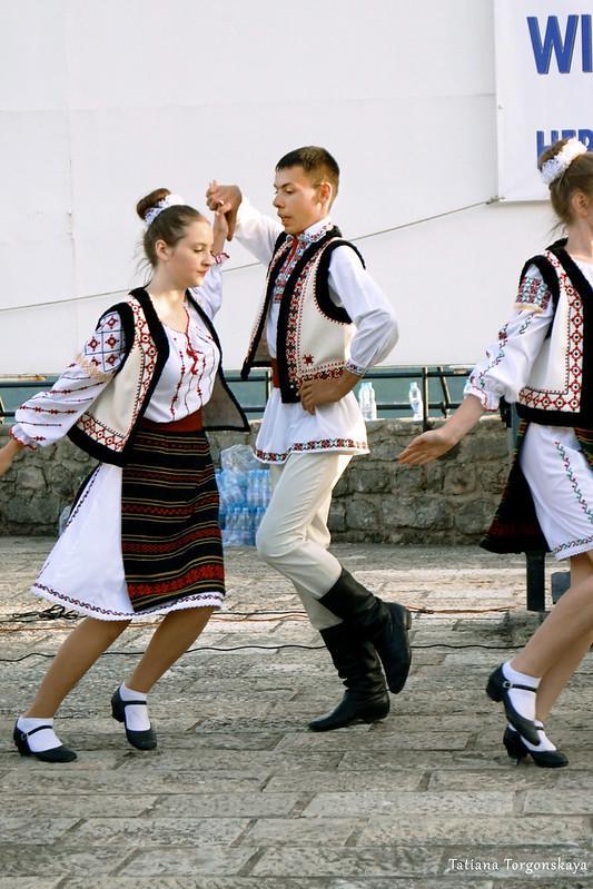 """Дети из  школы искусств """"Maria Biesu"""" во время танца"""