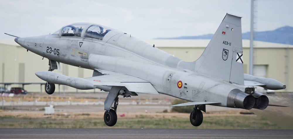 Un F-5 despega para su entrenamiento