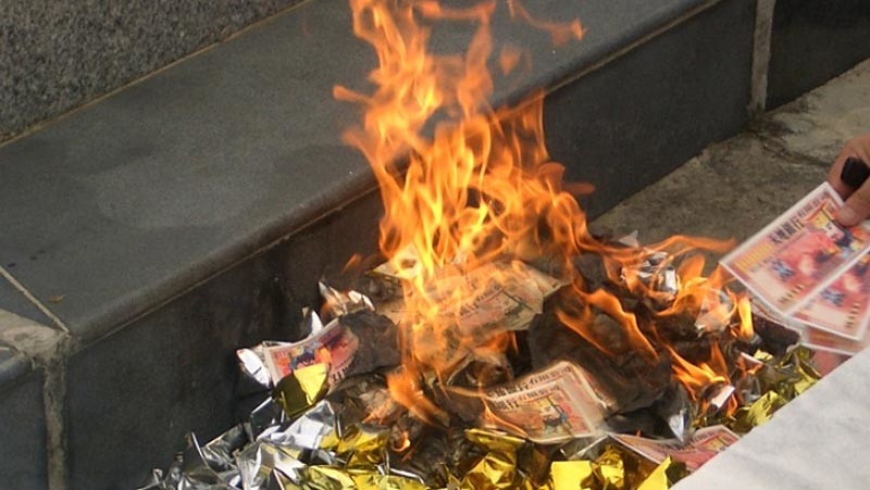 Tradisi membakar uang-uangan kertas dalam ritual Cheng Beng.