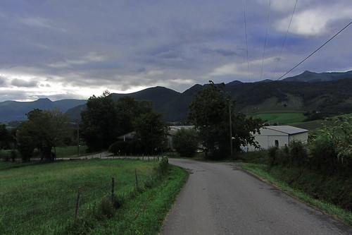 20120924 26 073 Jakobus Pyrenäen Hügel Wolken Wald Wiese Weg