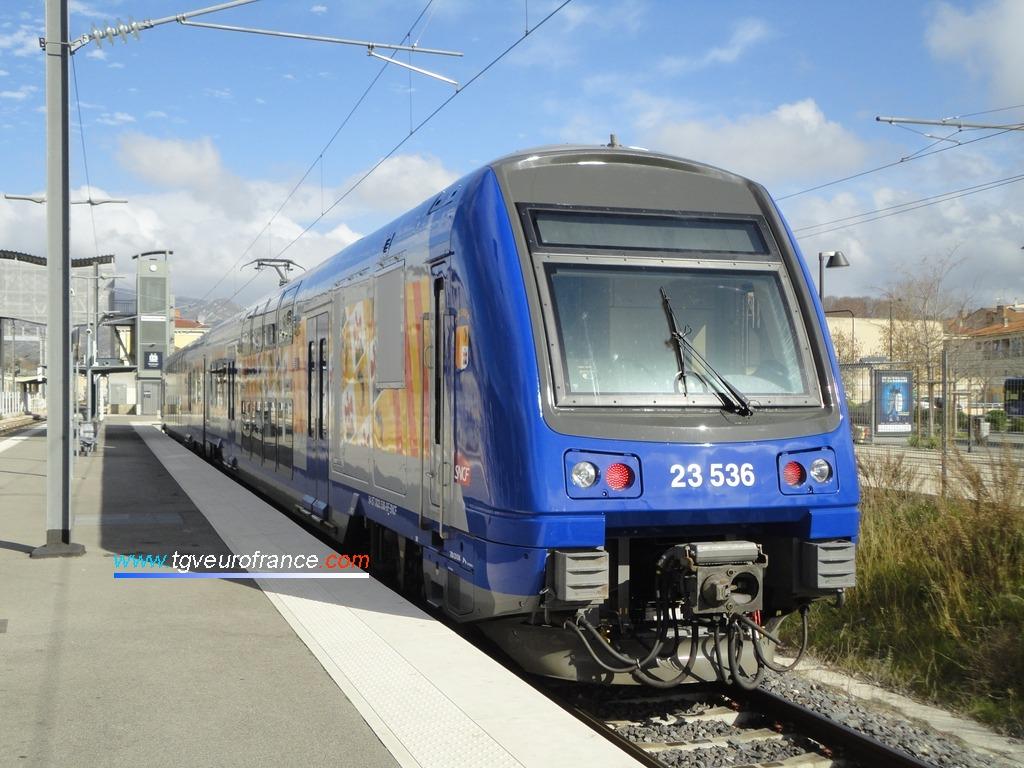 Un TER 2N Alstom rénové en livrée Région PACA