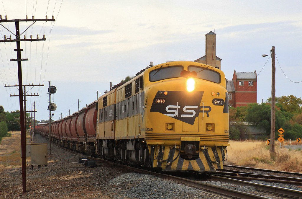 GM10 and GM22 make easy work of the gradient as they depart Murtoa by bukk05