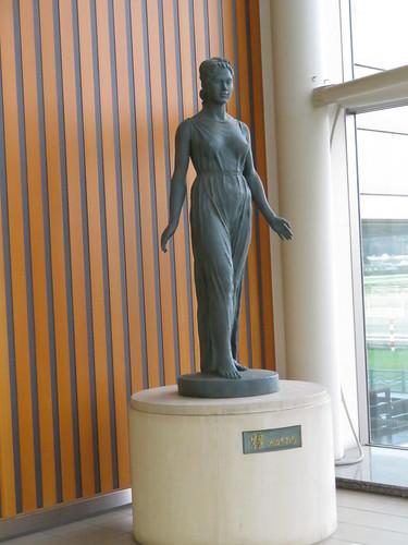 福島競馬場の南口2階にある像