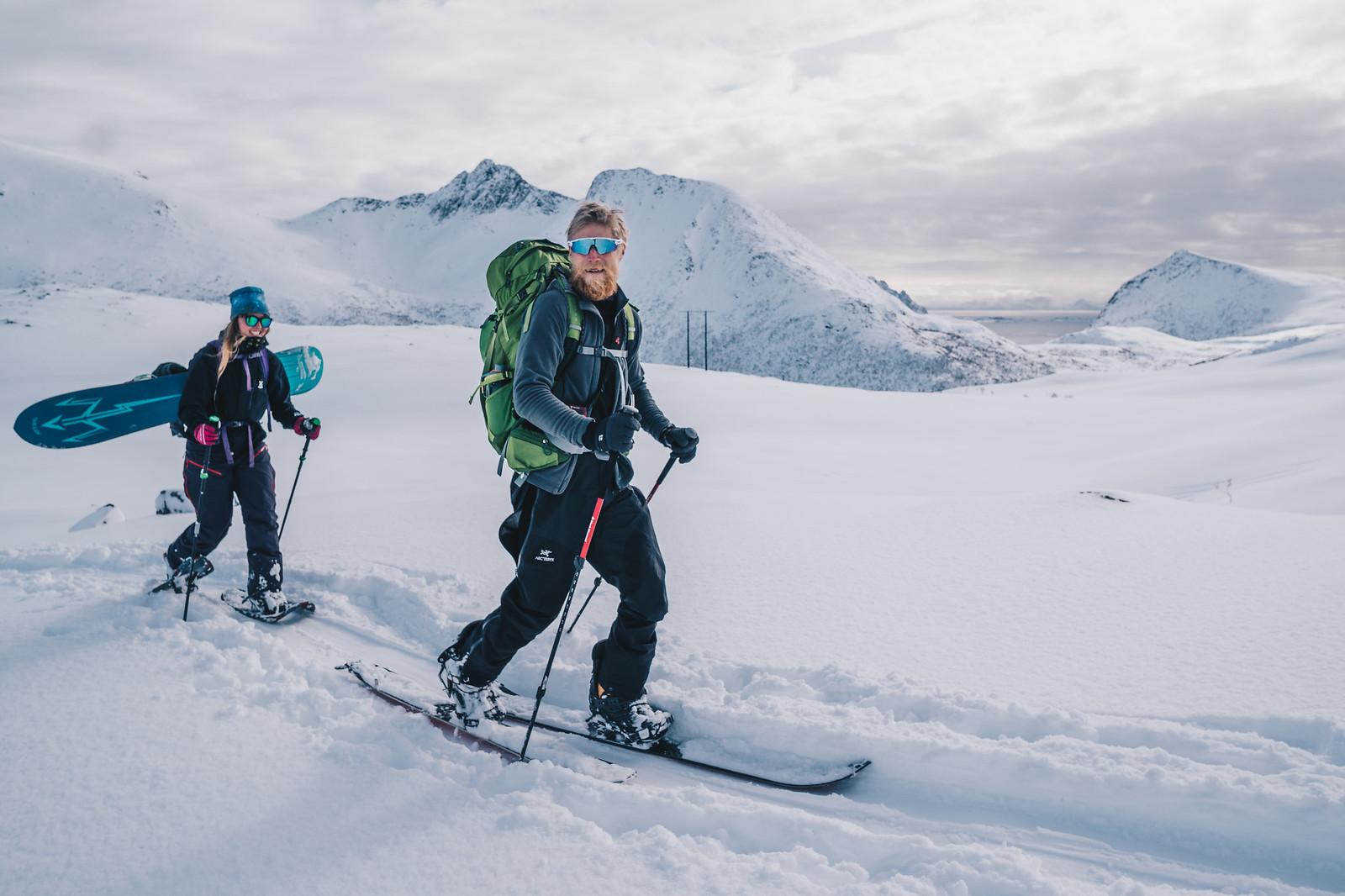 Iloiset hiihtelijät matkalla Hellostindenin huipulle