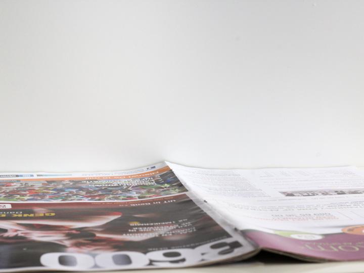 Bedek de tafel met krantenpapier