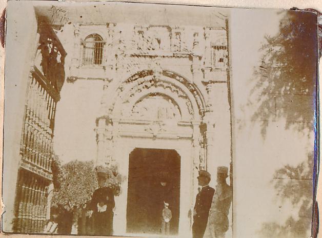 Soldados en la puerta del Hospital de Santa Cruz de Toledo en 1898. Fotografía de un anónimo francés.