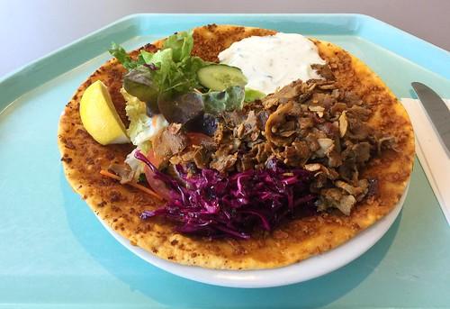 Lahmacun with salad & turkey gyros / Lahmacun mit Salat & Putendönerfleisch