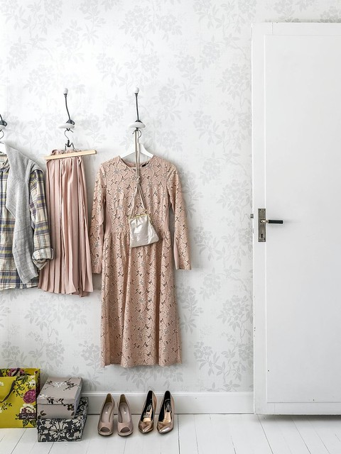 09 vestidor con papel de pared floral.
