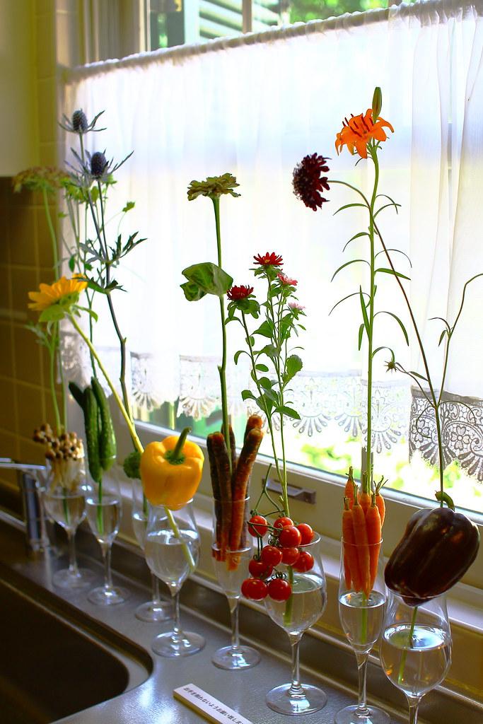 横浜山手西洋館 花と器のハーモニー2018の山手234番館のキッチンに飾られていた野菜を使ったフラワーアレンジメント