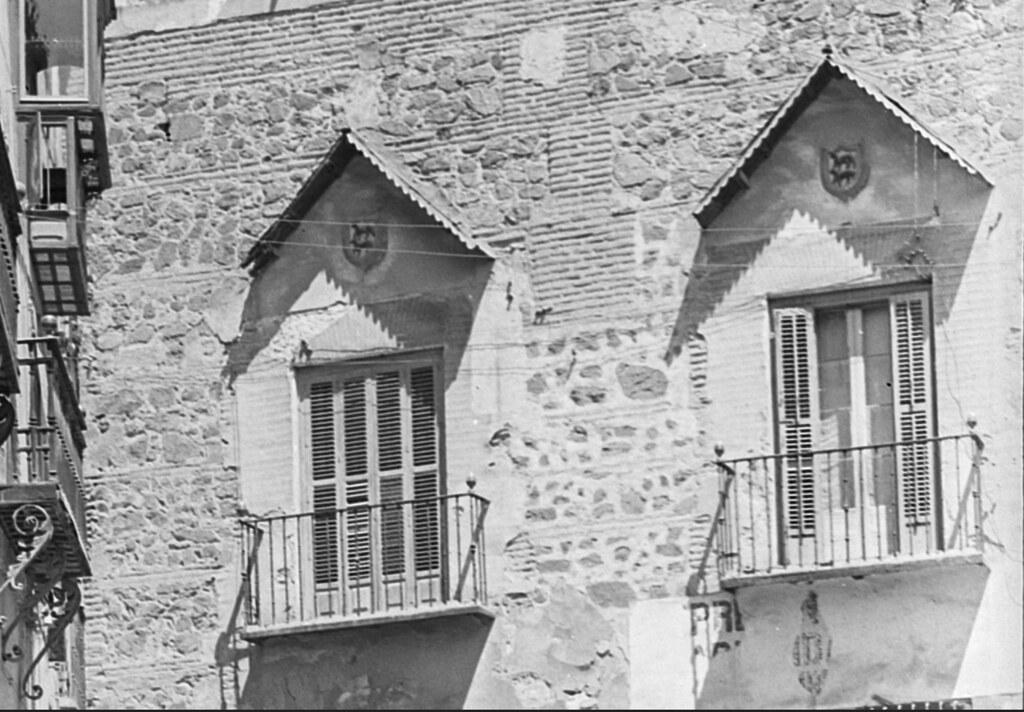 Palacio de los Condes de Peromoro, con los escudos de los Ayala. Fotografía de Enrique Guinea Maquíbar en 1900 (detalle) © Archivo Municipal del Ayuntamiento de Vitoria-Gasteiz