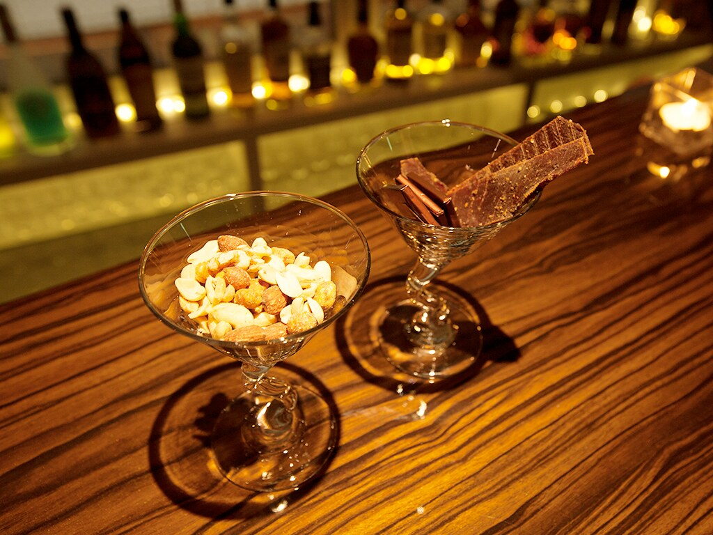 カウンターに並ぶナッツとチョコレート(夜に撮影)