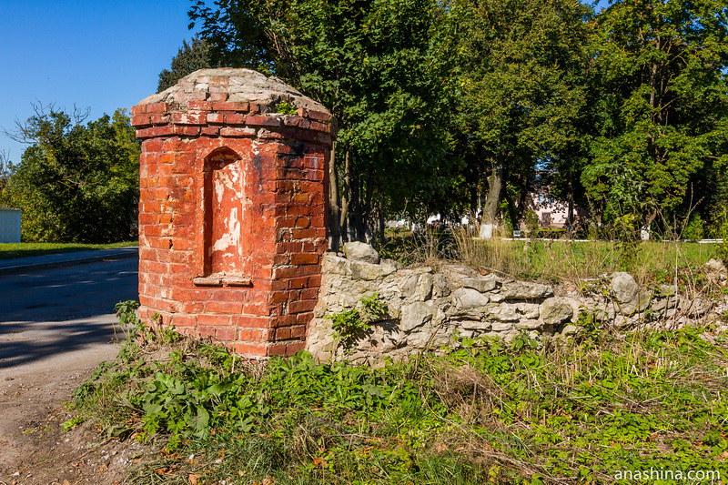 Остатки въездных ворот, дом Щепочкина, Полотняный Завод