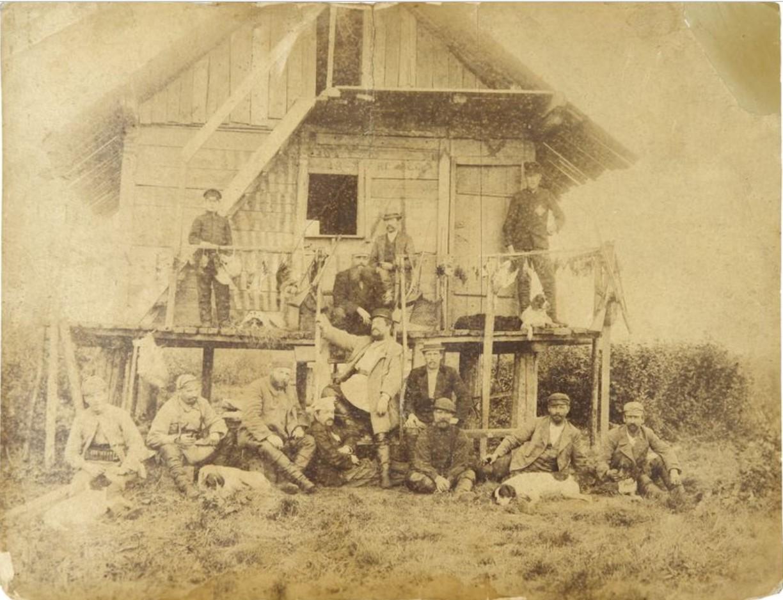 1900-е. Фото группы охотников у сторожки с охотничьими трофеями