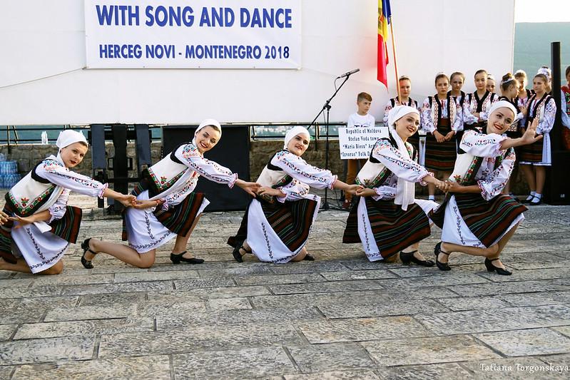 """Девушки из фольклорной группы """"Izvoras"""" во время танца"""