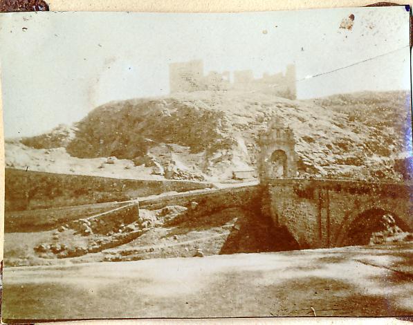 Puente de Alcántara y Castillo de San Servando en Toledo en 1898. Fotografía de un anónimo francés.