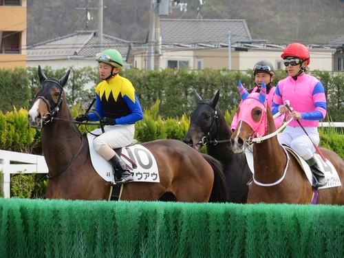 福島競馬場の障害コースを下見する騎手たち
