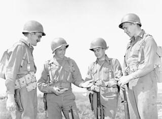 Personnel of the First Special Service Force who received medals, Anzio beachhead, Italy / Membre de la Première Force de Service spécial montrant ses médailles à ses frères d'armes, tête de pont (zone sécurisée) d'Anzio (Italie)