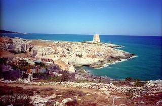 """Vieste (FG), 1994, Il paese, i """"trabucchi"""", le torri costiere e le cave di pietra da costruzione e ornamentale."""