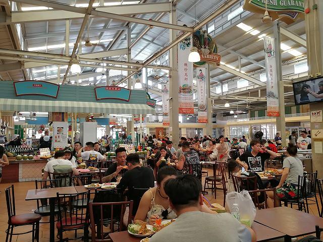 <p>フードコートで食べている人たちの、その量といったら半端ない!<br /> テーブル中海鮮の甲羅でいっぱい</p>