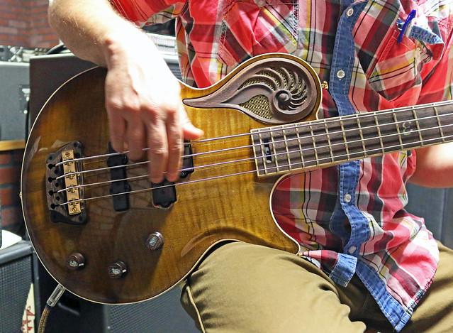 Universum Guitars  -  dark Epsilon Bass (1)