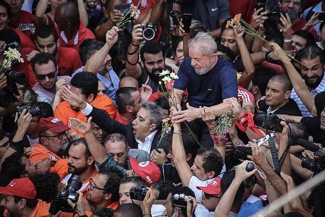 Lula dejó el acto llevado en brazos por el pueblo - Créditos: Júlia Dolce