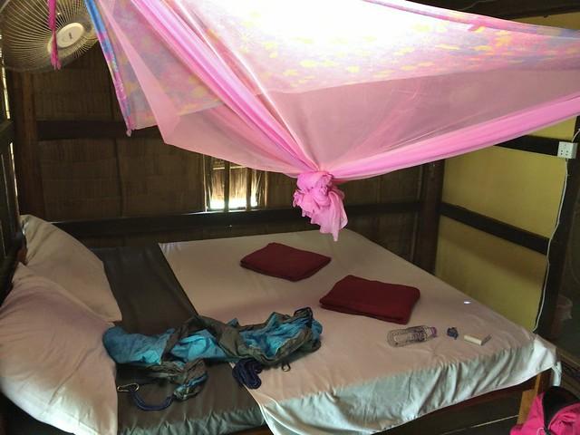 ベッドでパンパンの部屋