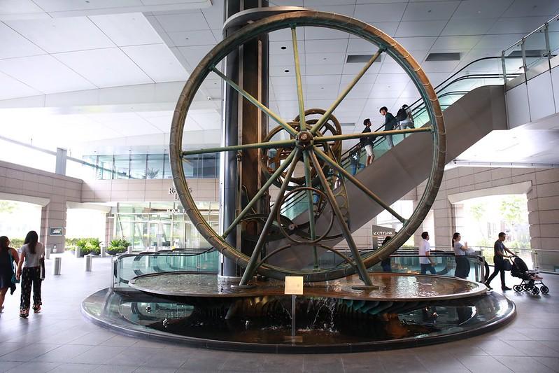 捷運站大廳的時鐘裝飾