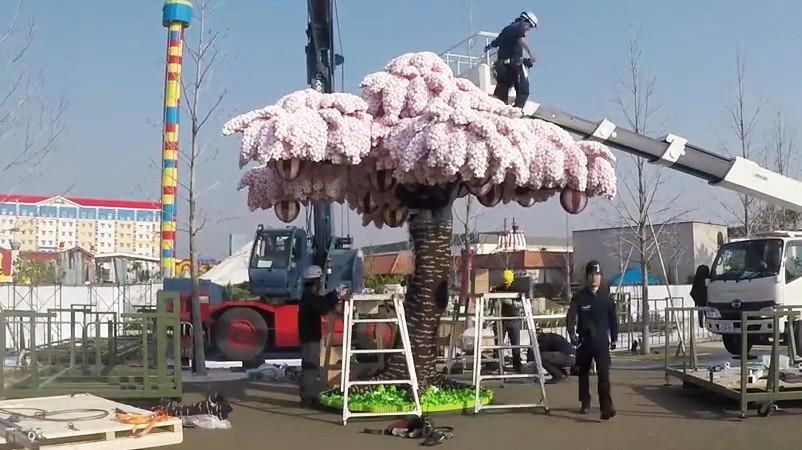 Penampakan pohon sakura dari balok-balok lego.