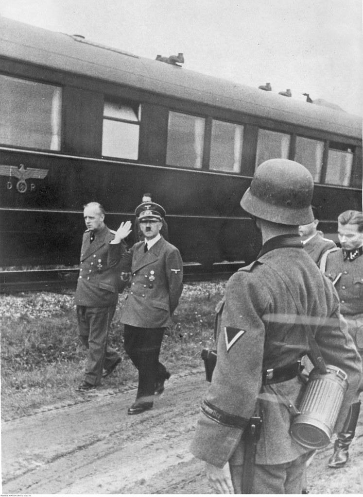 Адольф Гитлер и Йоахим фон Риббентроп перед поездом, являющимся штаб-квартирой во время сентябрьской кампании.